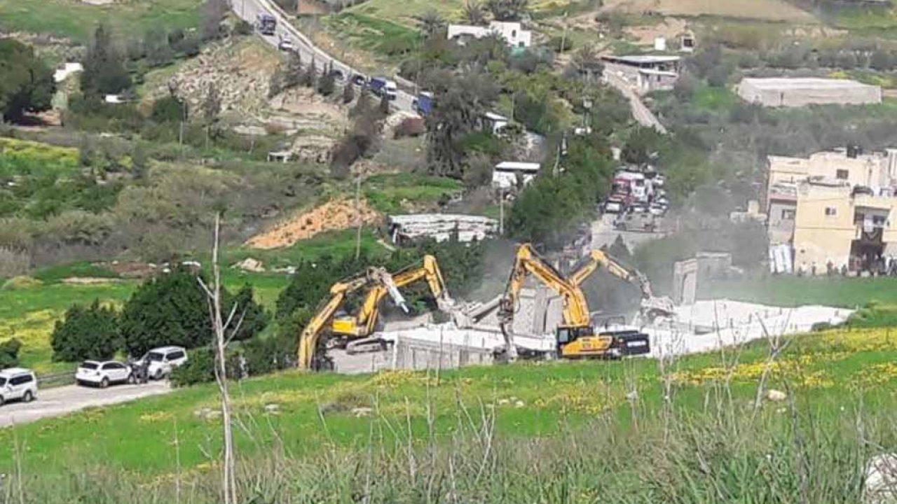قوات الاحتلال الإسرائيلي تهدم منشآت سكنية وتجارية في الأغوار