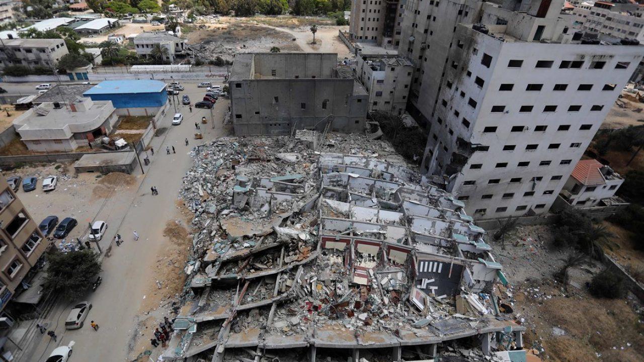 انقاض برج الجلاء بعد قصفه في العدوان الإسرائيلي الأخير على قطاع غزة (وفا)