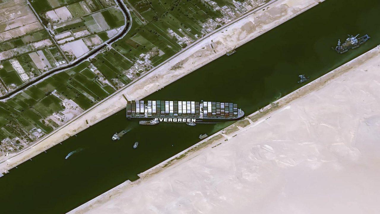 صورة ملتقطة من الأقمار الصناعية بدقة عالية للسفينة التي أغلقت قناة السويس.