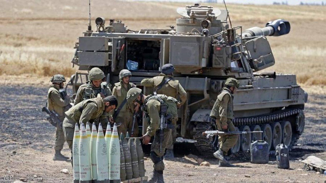 مدفعية إسرائيلية تطلق قذائفها نحو غزة.