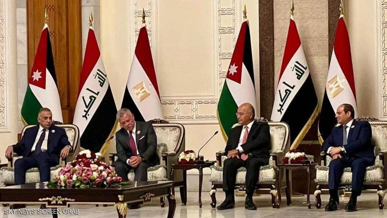 من اليسار إلى اليمين رئيس الوزراء العراقي عبد الله الثاني وبرهم صالح وعبد الفتاح السيسي أثناء القمة الثلاثية في بغداد (رويترز)