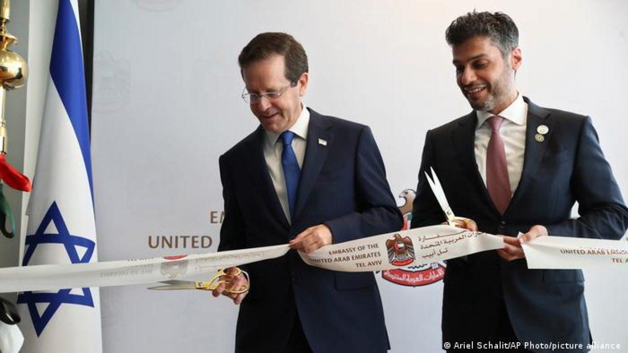سفير الإمارات في إسرائيل محمد آل خاجة إلى جانب الرئيس الإسرائيلي إسحاق هرتسوغ في مراسم افتتاح السفارة الإماراتية بتل أبيب