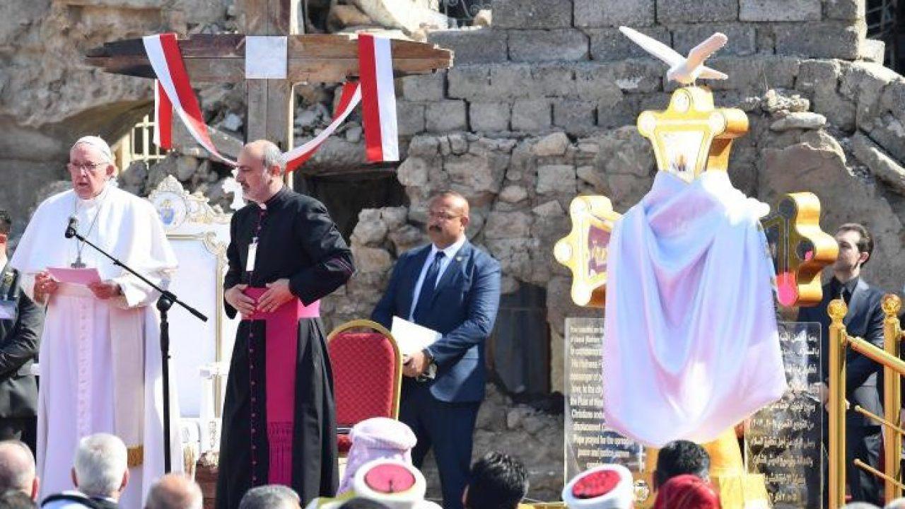 البابا فرنسيس يصل إلى الموصل المدمرة بعد مرور تنظيم الدولة الإسلامية