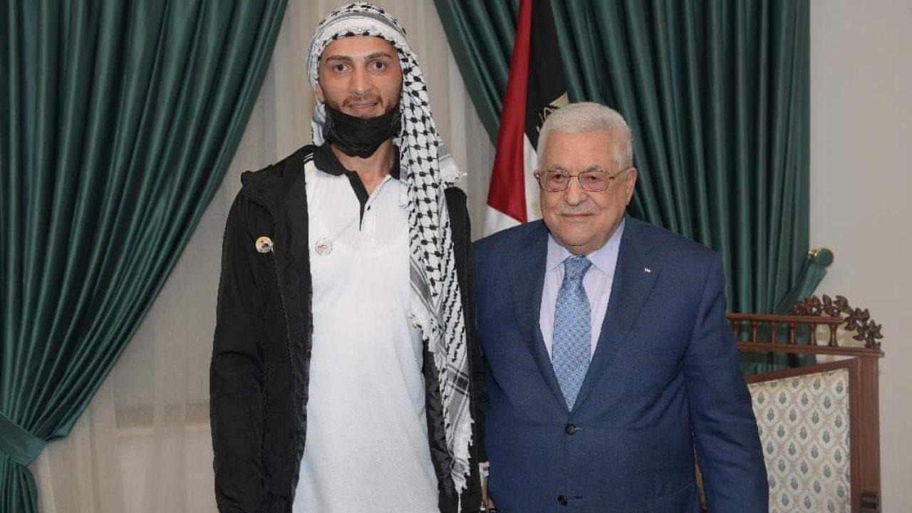 الرئيس محمود عباس مع الاسير المحرر الغضنفر ابو عطوان