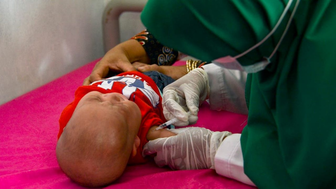 تطعيم طفل في إندونيسيا ضد السل بلقاح