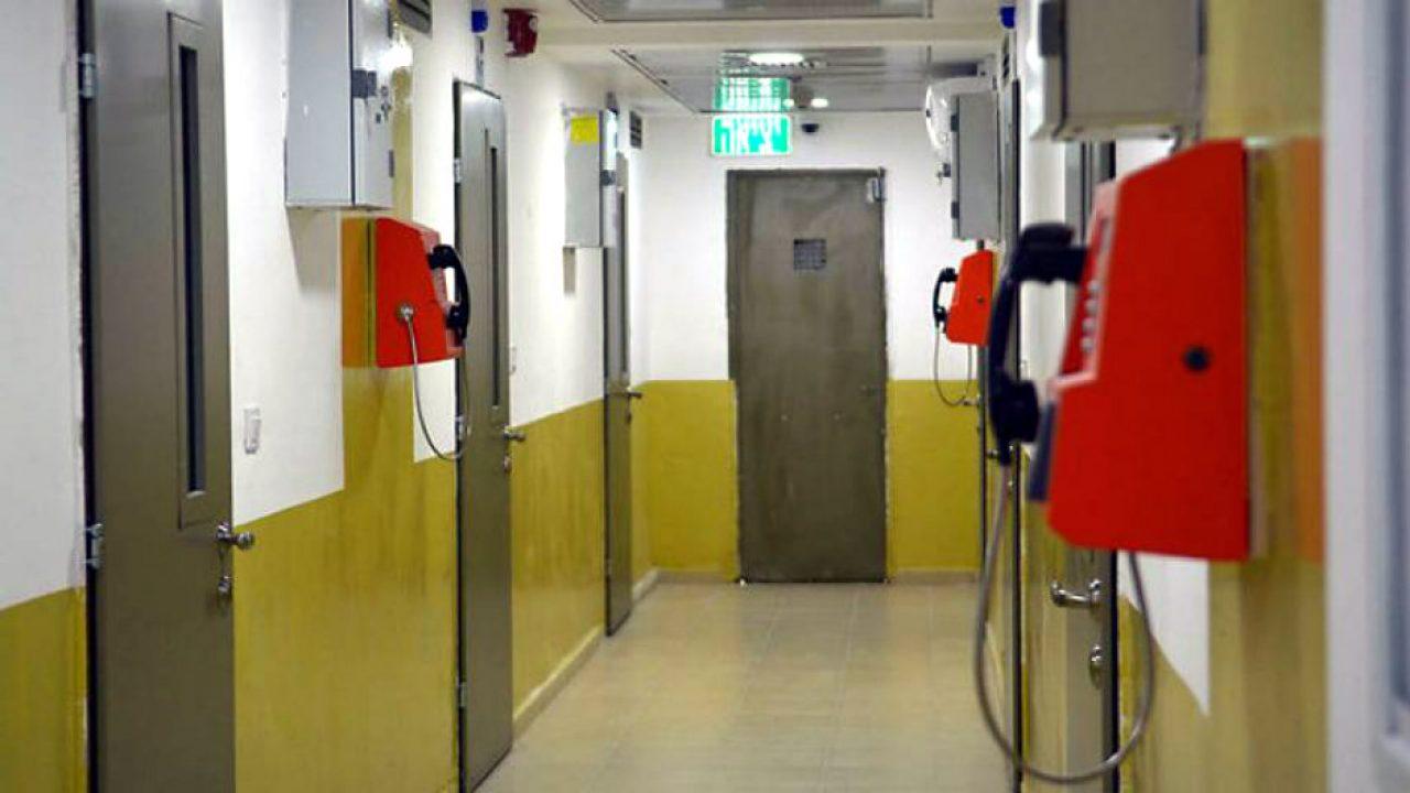 تعبيرية - هواتف عمومية في معتقل